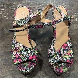 Xhilaration flower wedge size 8 shoe